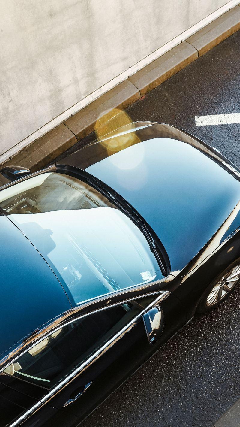 Volkswagen di colore nera in marcia