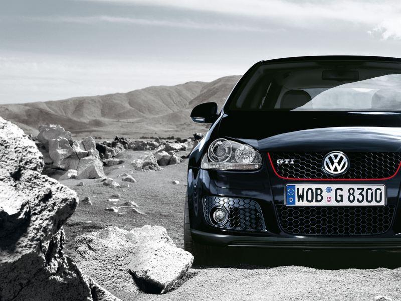 Ein schwarzer Volkswagen Golf 5 GTI mit roten Details in einer Wüste