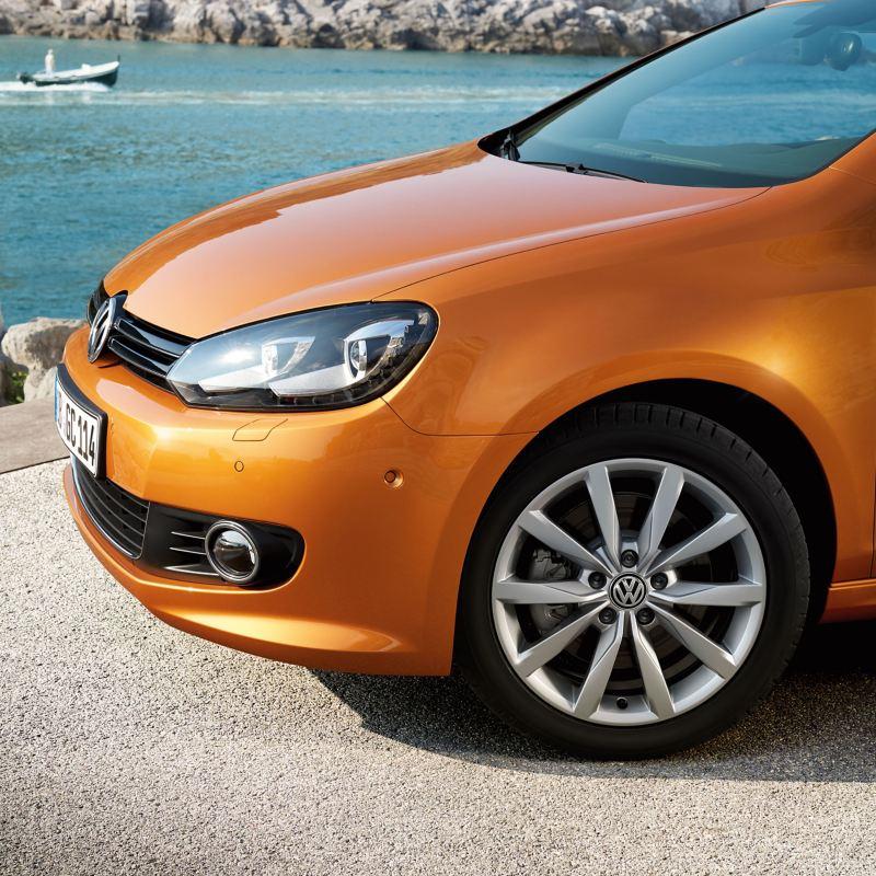 Dettaglio frontale VW Golf 6 arancione