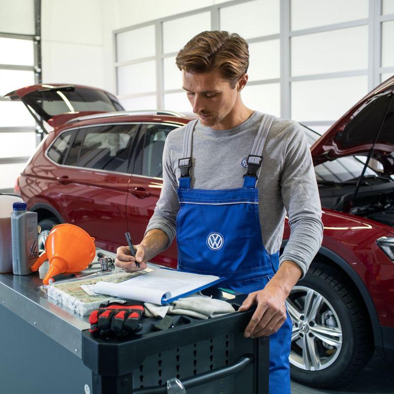 Volkswagen VW service medarbeider foran en Volkswagen Golf utbedring EA189