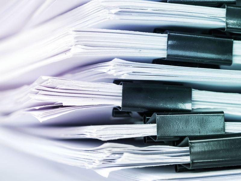 Ein Stapel gedruckter Konformitätsbescheinigungen und Inhaltsstoffangaben