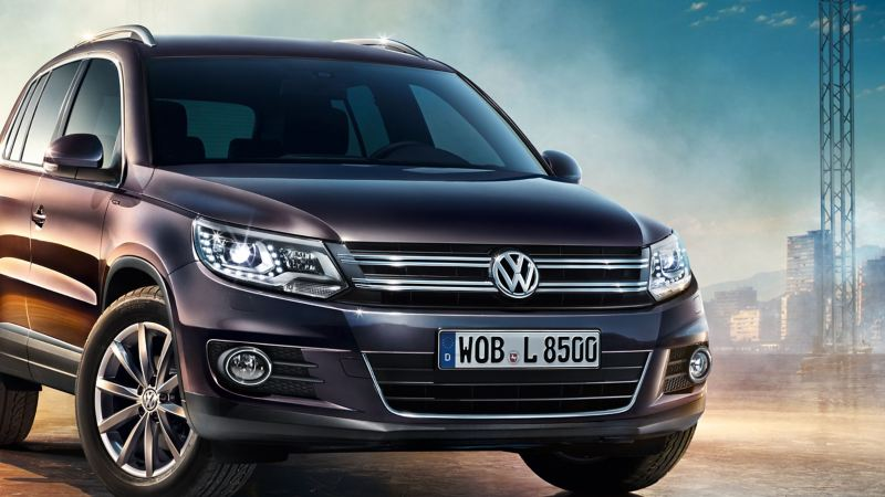 A VW Tiguan 1 parks in the focus of some spotlights – Volkswagen older SUVs