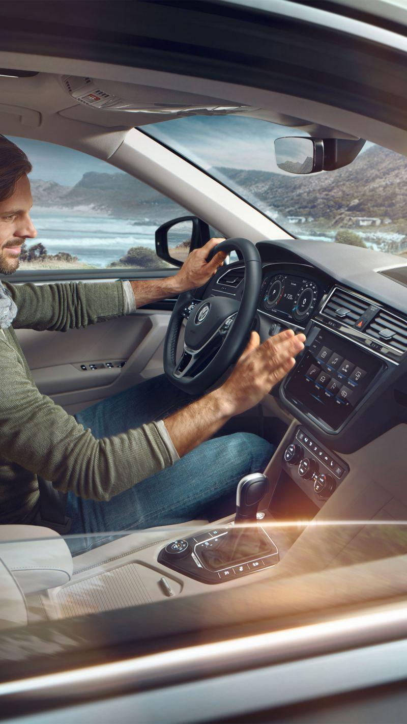 Uomo all'interno di Volkswagen Tiguan Allspace