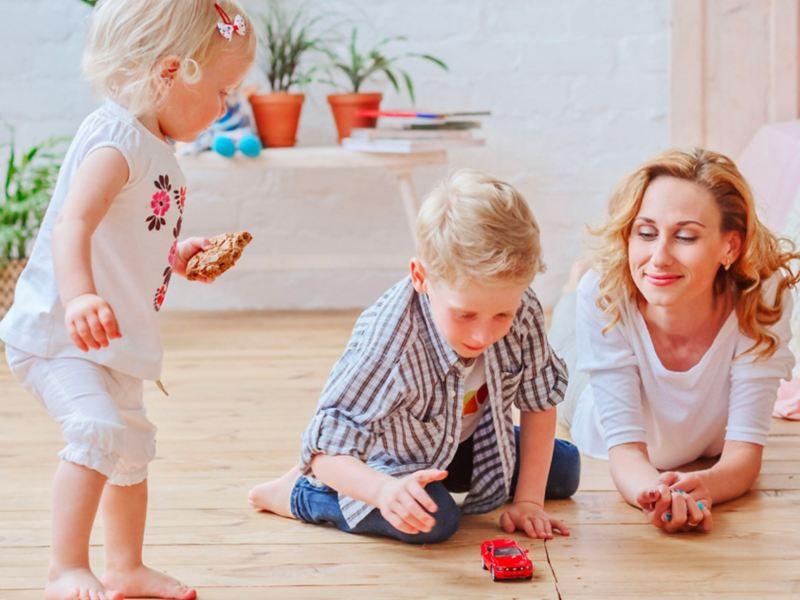 Una donna in compagnia dei suoi bambini