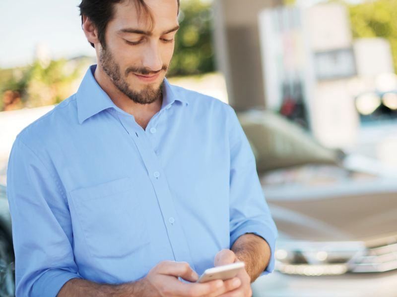 Un uomo sta digitando su un cellulare.