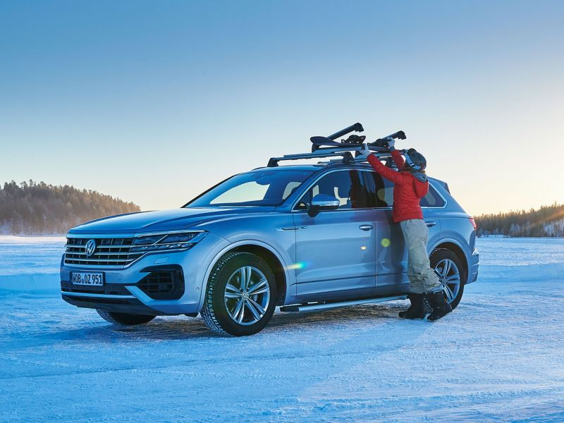 Volkswagen sulla neve con porta snowboard