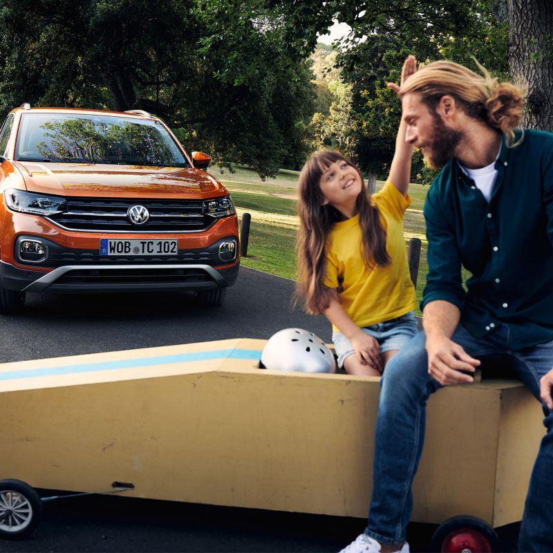 Padre e figlia davanti ad una Volkswagen