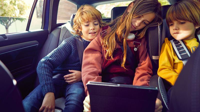 Enfants à l'intérieur d'une Volkswagen