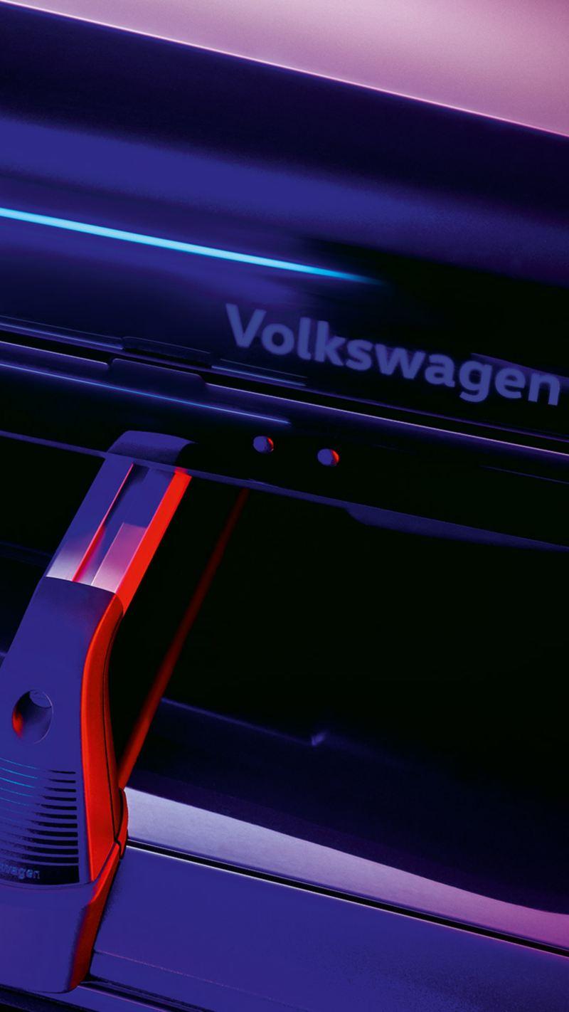 Một chiếc VW T-Cross màu ngọc lam với giá để xe đạp trên nóc - Phụ kiện Volkswagen