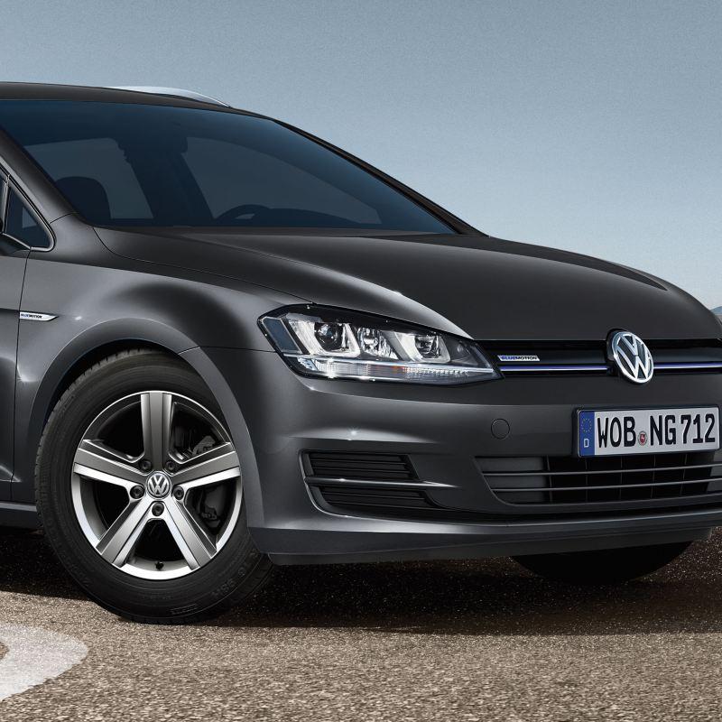 Ein VW Golf 7 TGI mit Erdgas-Antrieb steht auf einem Parkplatz am Meer - Volkswagen Erdgas-Rückrufaktionen