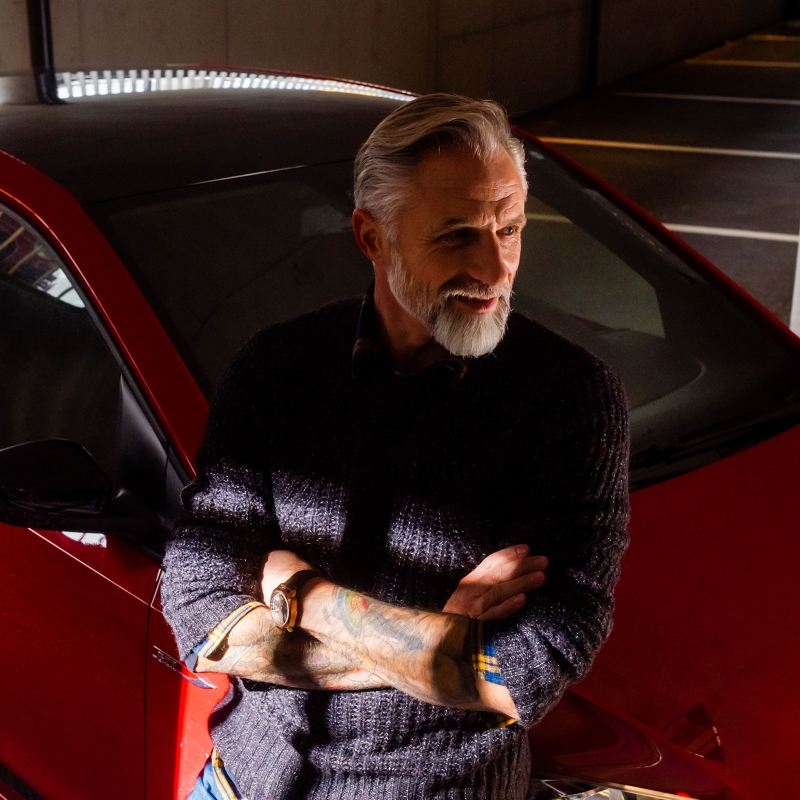 Un uomo adulto davanti alla propria Volkswagen up!