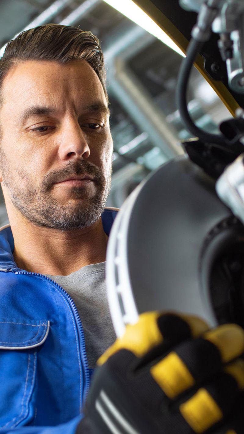 Nhân viên dịch vụ VW thay má phanh: Phụ kiện Volkswagen chính hãng của chúng tôi®