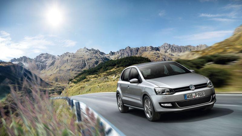 Una Volkswagen Polo mentre percorre una strada di montagna.