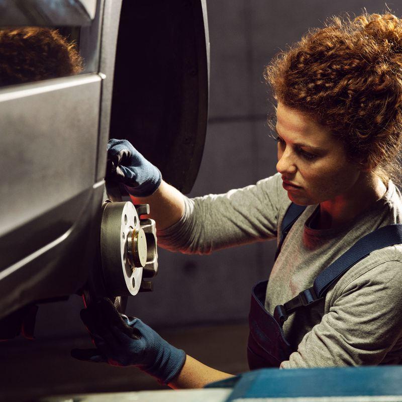 Frau arbeitet an einem VW - Volkswagen Wartungsverträge