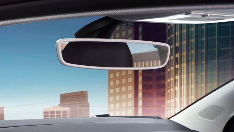 Visualizzazione dello specchietto retrovisore nell'abitacolo di una VW Polo