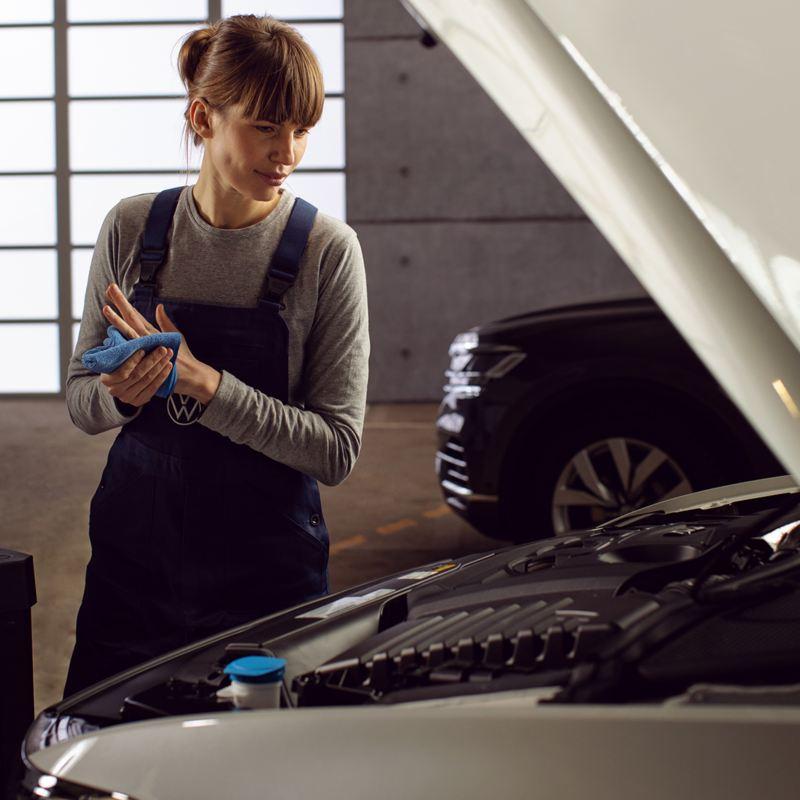 Servicekvinna i VW-verkstad