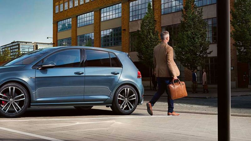 Un professionista si avvia verso il centro Volkswagen Service Flotte