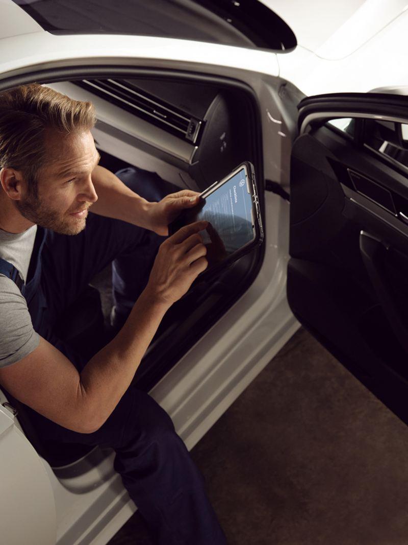 Un meccanico VW Service all'interno di un'auto.