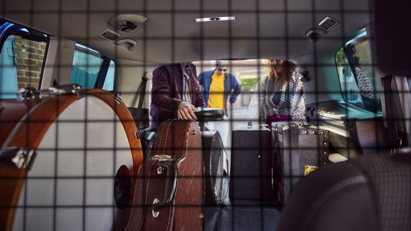 Band beim Verladen der Instrumente in den Kofferraum des Sharan