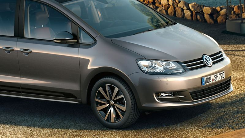 """Seitliche Frontansicht des VW Sharan """"Black Style""""."""