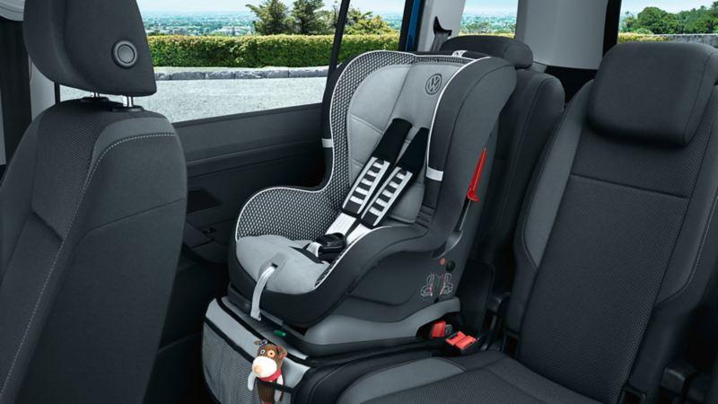 Un seggiolino fissato al divano posteriore di una VW Touran con il sistema ISOFIX