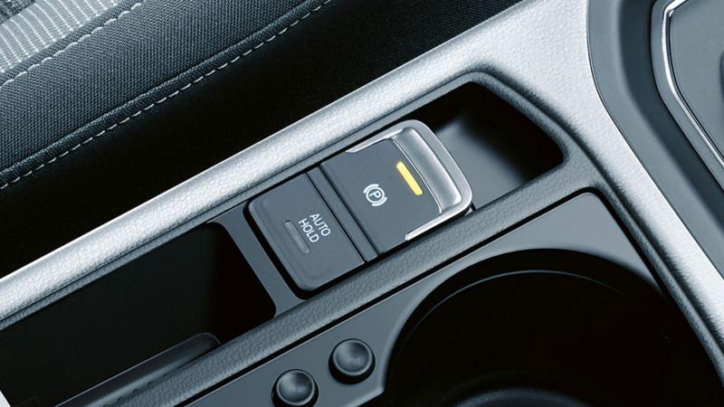 Vista interna di una Volkswagen, in primo piano il sistema di assistenza nelle partenze dinamico sulla consolle centrale