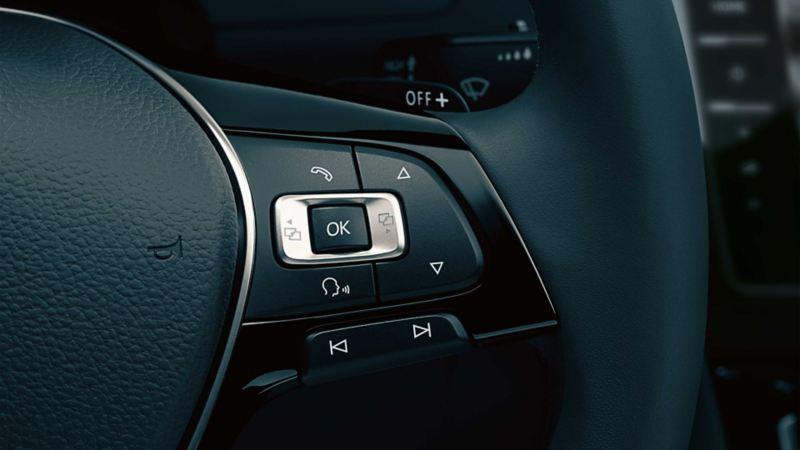 VW Passat, volante con il sistema di comando vocale in primo piano