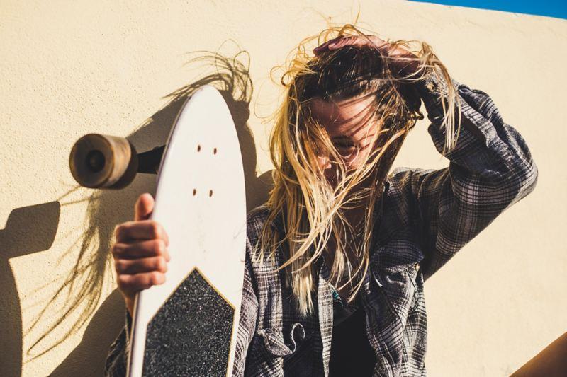 Giù dallo skateboard elettrico per una pausa