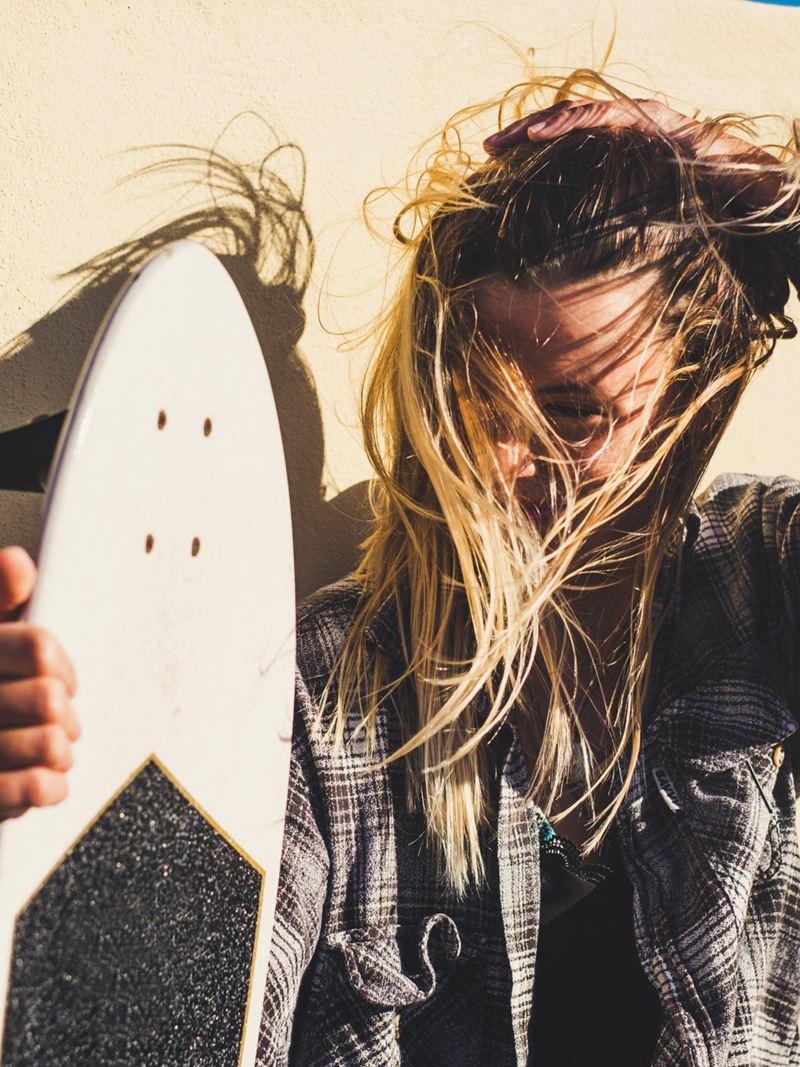 Pause vom Skaten auf dem Elektro-Skateboard