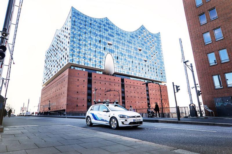 Test drive per la guida autonoma, una Golf di fronte alla sala da concerto Elbphilharmonie