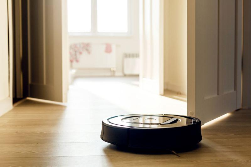 Robot aspirapolvere che si sposta sul pavimento