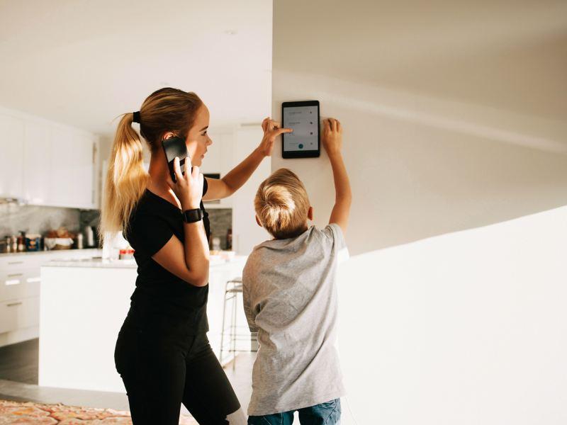 Bambini che utilizzano il tablet per gestire la casa intelligente