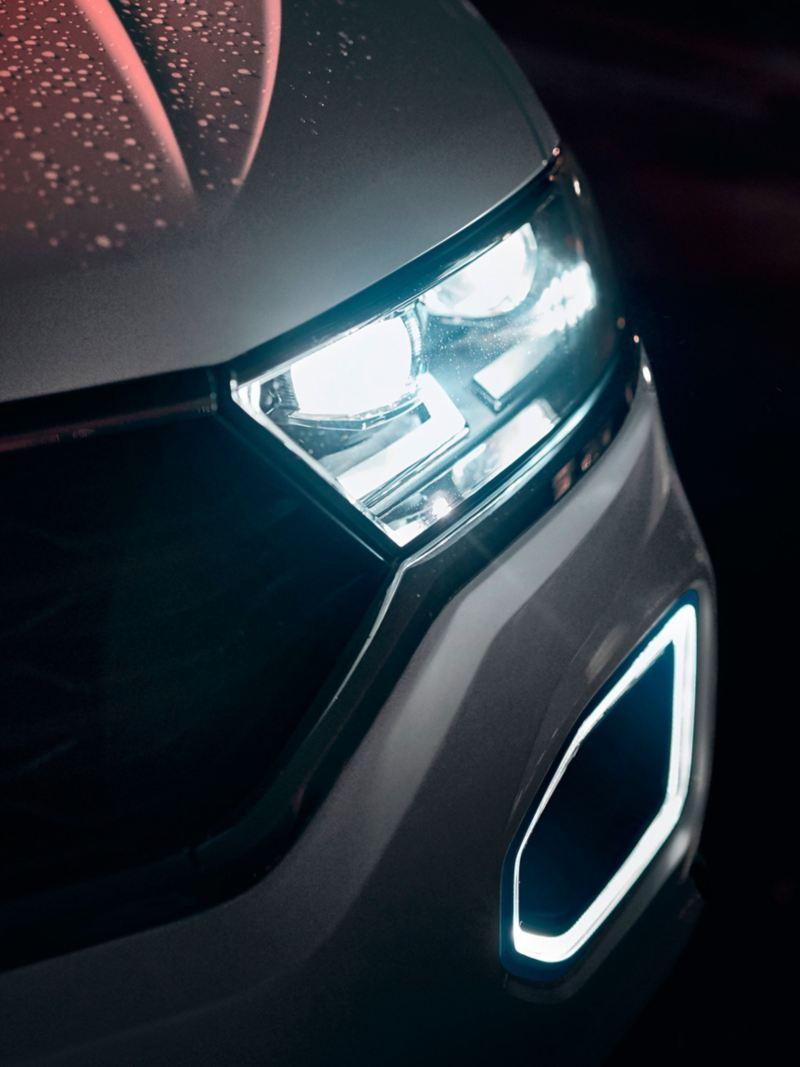 Volkswagen T-Roc Advanced, dettaglio del frontale con gocce di pioggia, fari e luci diurne ad anello