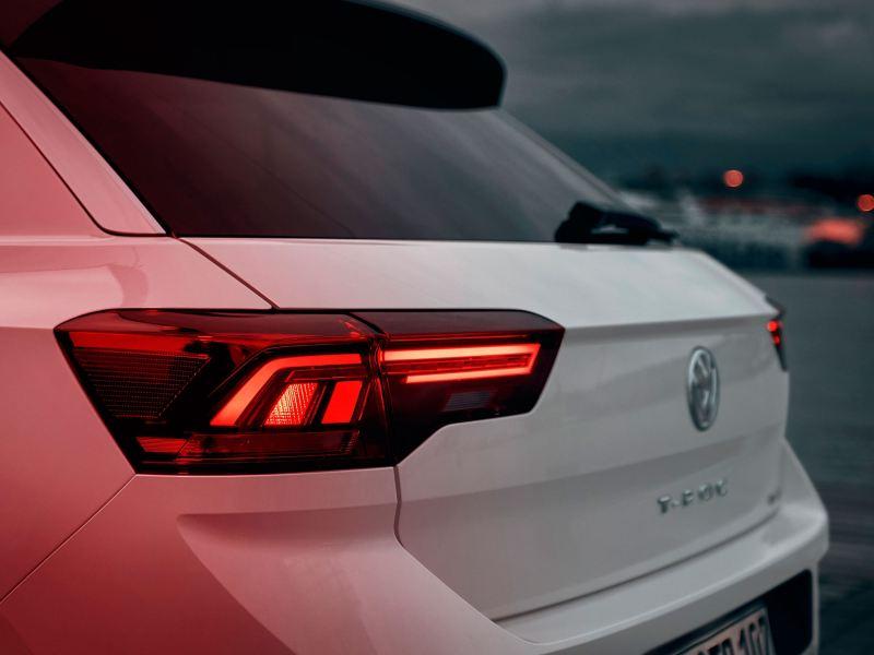 Volkswagen T-Roc Advanced, posteriore con gruppi ottici in colore rosso scuro con tecnologia LED