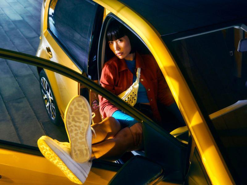 Vista tre quarti anteriore di Volkswagen e-up! auto elettrica