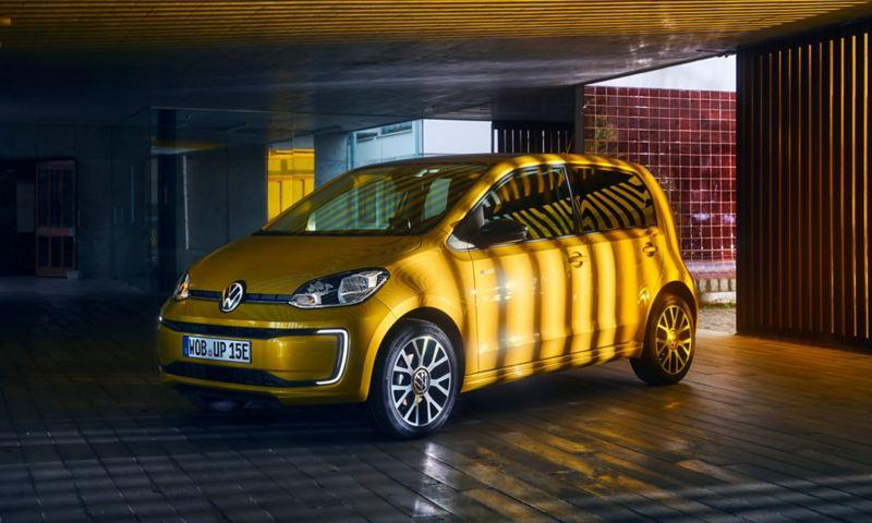 Vista 3/4 frontale di Volkswagen Nuova e-up! parcheggiata in un garage.