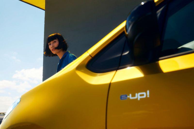 """Dettaglio del badge """"e-up!"""" sulla fiancata di Volkswagen Nuova e-up!"""