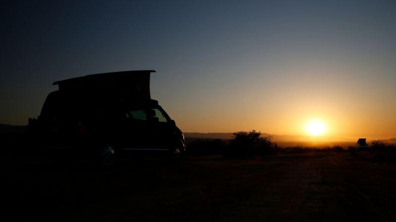 Volkswagen California i kalifornisk solnedgång