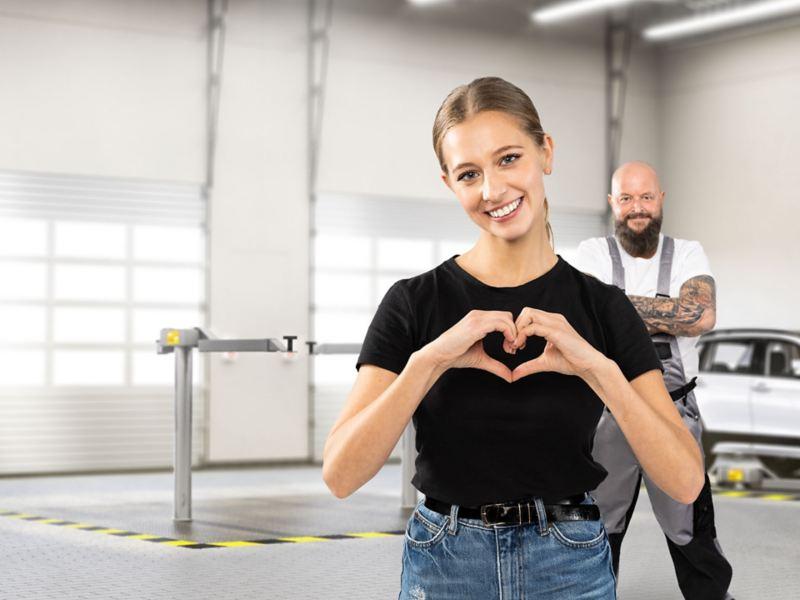 Eine glückliche Kundin beim Volkswagen Service – Wartung und Inspektion
