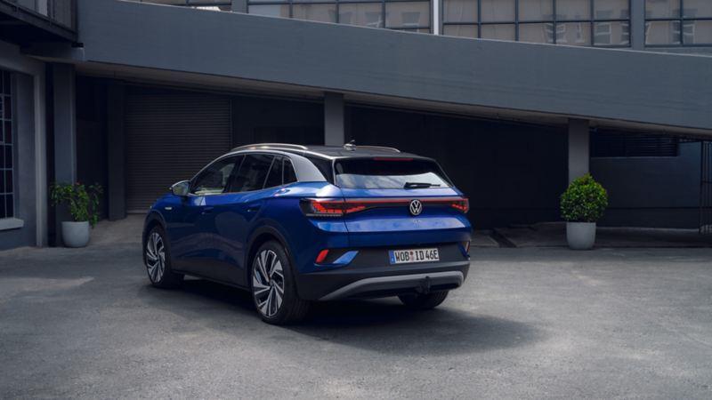 VW Volkswagen ID.4 elbil SUV parkert utenfor en bygning