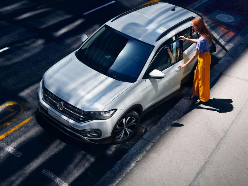 Ragazza monta su una VW T-Cross vista dall'alto