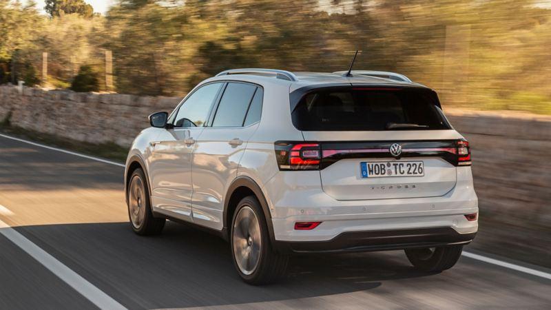 Volkswagen T-Cross skrått bakfra i fart