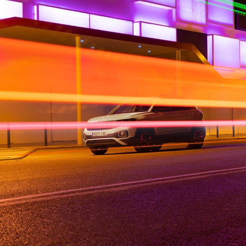 Der T-Cross fährt bei Nacht in Ibiza Stadt