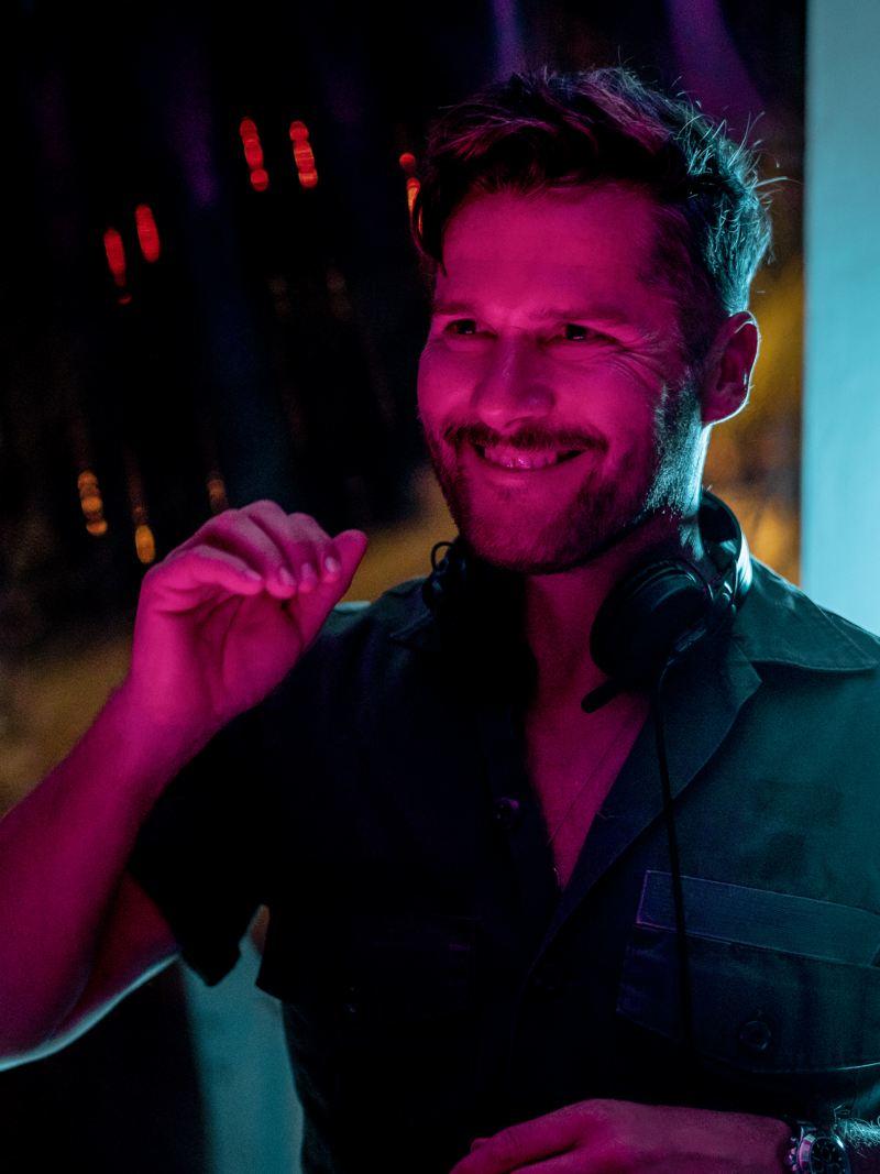 DJ Daniel Klein mit Kopfhörern in einem Club