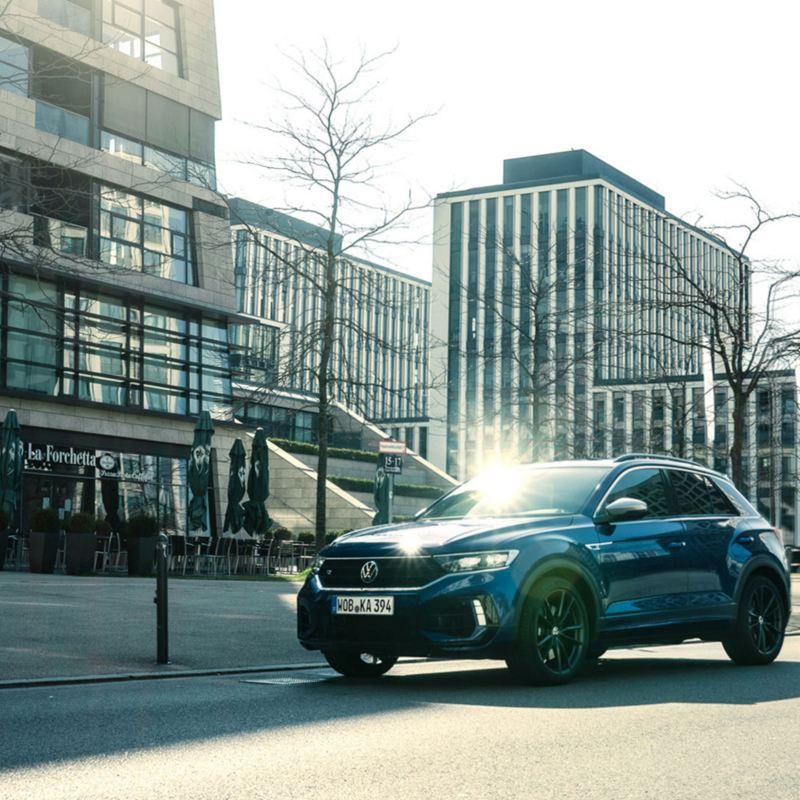 VW T-Roc R parkt auf einer Straße, Blick von der Seite