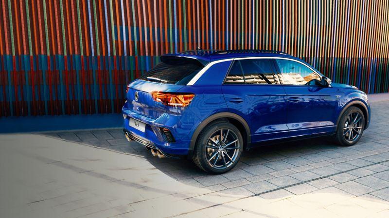 Volkswagen T-Roc R parcheggiata su una strada, vista della fiancata