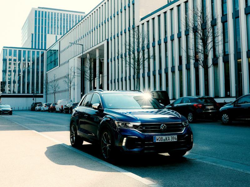 VW T-Roc R parkend an Starßenseite, 3/4 Frontansicht
