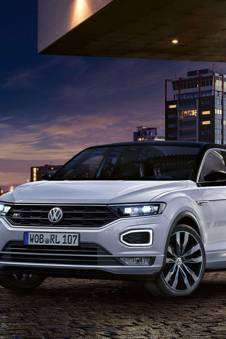Volkswagen T-Roc R-Line SUV parkert foran bygning
