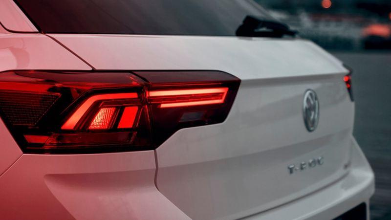 La coda della T-Roc Sport con fanali posteriori rosso scuro con tecnologia a LED