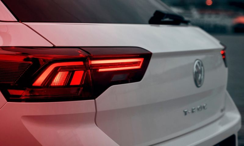 L'arrière du T-Roc Sport avec des feux arrière cramoisis en technique à LED